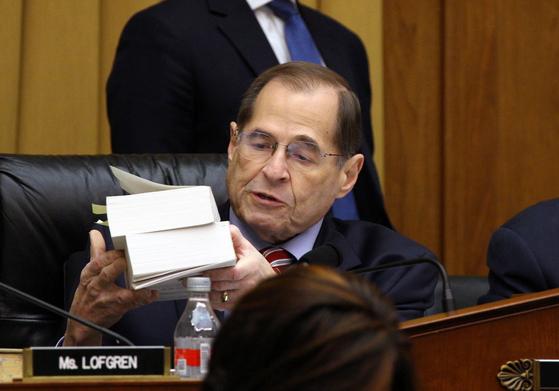 미 하원 법사위윈회가 3일(현지시간) 로버트 뮬러 특검의 기밀 보고서 전체를 의회에 제출하도록 하는 소환 결의안을 통과시켰다. [로이터=연합뉴스]