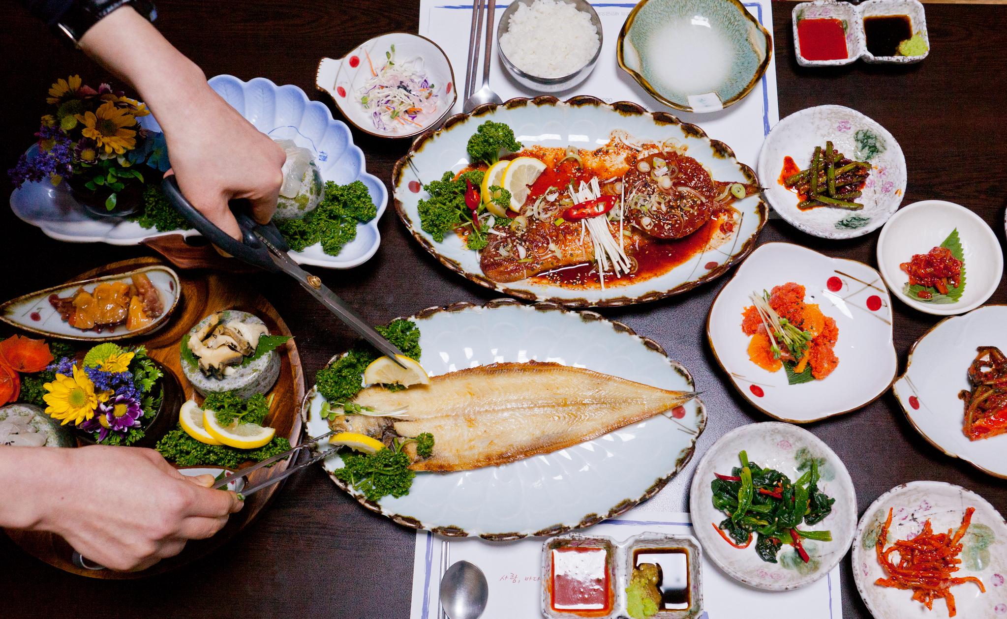 전북 군산을 여행하는 사람은 짬뽕과 단팥빵을 꼭 사 먹는다. 하나 진짜 군산의 맛을 느끼고 싶다면 군산 바다가 키운 생선도 먹어봐야 한다. 박대와 반지가 대표적이다. 사진은 새만금방조제 어귀 식당에서 먹은 박대 정식. 최승표 기자