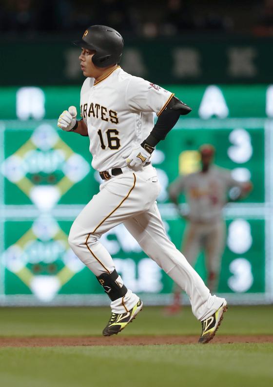 4일 세인트루이스전에서 시즌 첫 홈런을 날리고 홈으로 들어오고 있는 강정호. [AP=연합뉴스]