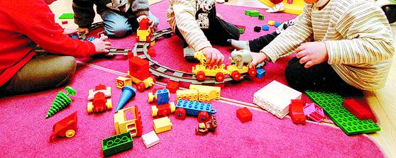 한 어린이집에서 아이들이 장난감을 가지고 놀고 있다. 기사와 직접적인 관련이 없는 이미지 사진[중앙포토]