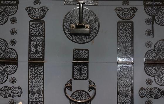 시우쇠. 시우쇠는 무쇠를 불에 달구어 단단하게 만든 쇠붙이의 하나로 대표적으로 두석장이 하는 분야이다. [사진 이정은]