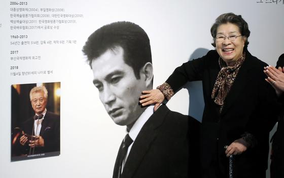 영화배우 엄앵란이 4일 오후 서울 마포구 한국영상자료원에서 열린 한국영화박물관 신규 기획전시 '청춘 신성일, 전설이 되다'를 참석해 전시품을 살펴보고 있다.[뉴스1]
