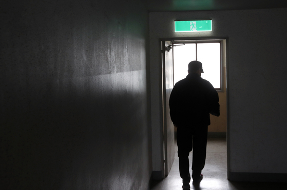 서울의 한 임대아파트에 이모(68)씨는 외환위기 이후 사업 실패로 2008년 기초수급자가 됐다. 아내와 이혼하고, 딸과는 가끔 안부만 주고 받는다.[강정현 기자]