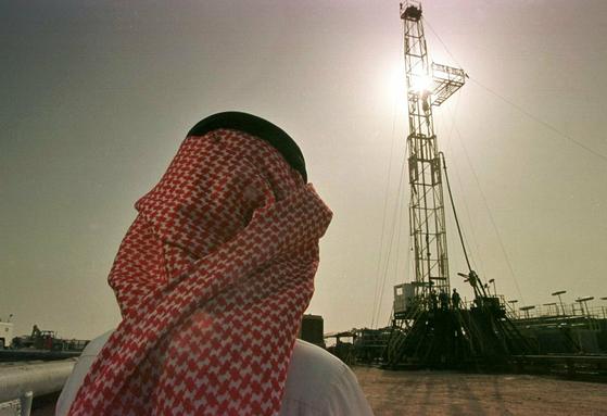 사우디 국영 석유 회사 아람코의 한 관료가 유전시설을 바라보고 있다. [AP=연합뉴스]