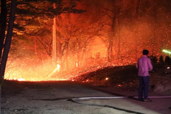 강원 고성군 인근 야산에서 4일 오후 시작된 산불이 심한 강풍을 타고 걷잡을 수 없이 번지고 있다. [뉴스1]
