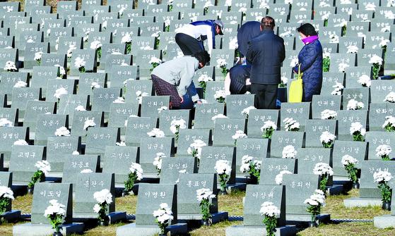 제주 4·3 제71주년 추념일인 3일 오전 제주 봉개동 4·3평화공원에서 희생자 유족들이 행방불명 표지석에서 희생자의 넋을 기리고 있다. [뉴스1]
