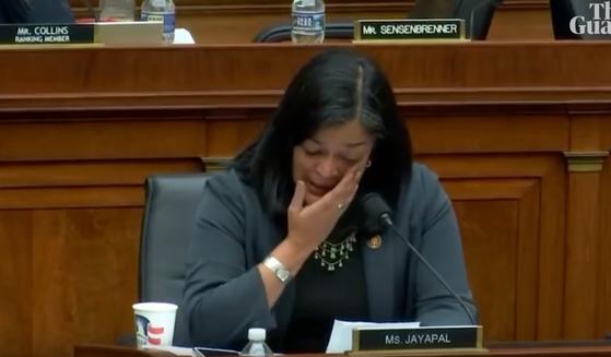 프라밀라 자야팔 미 연방 하원의원이 법사위 공청회에서 성소수자에 대한 지지를 호소하며 눈물을 흘리는 모습. [사진 유튜브]