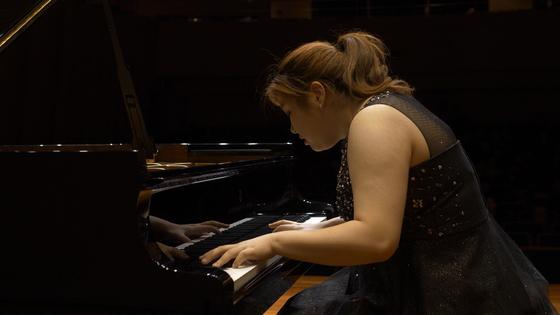 """피아니스트 노현진이 지난달 30일 중앙음악콩쿠르 본선 무대에서 연주하고 있다. '음악이 여유 있고 숨을 쉰다"""" '깊고 울림이 풍부한 소리를 갖고 있다"""" 등의 평가를 받았다. [중앙포토]"""