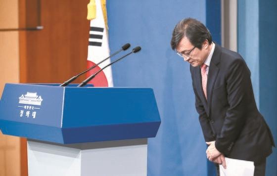 지난달 29일 자진 사퇴한 김의겸 전 청와대 대변인. 김 전 대변인은 재개발 지역 고가 건물 매입 의혹이 불거지면서 사퇴 요구를 받아왔다. [연합뉴스]