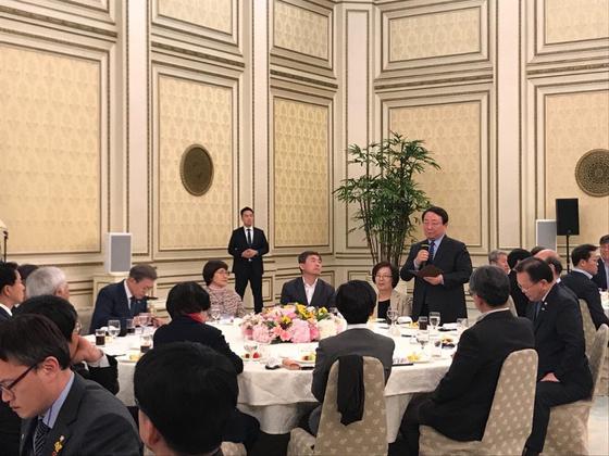 이갑산(가운데) 범시민사회단체연합(범사련) 상임공동대표가 1일 문재인 대통령이 청와대에서 주최한 '시민사회단체 대표자들과 간담회'에 참석해 발언을 하고 있다. [범시민사회단체연합 제공]