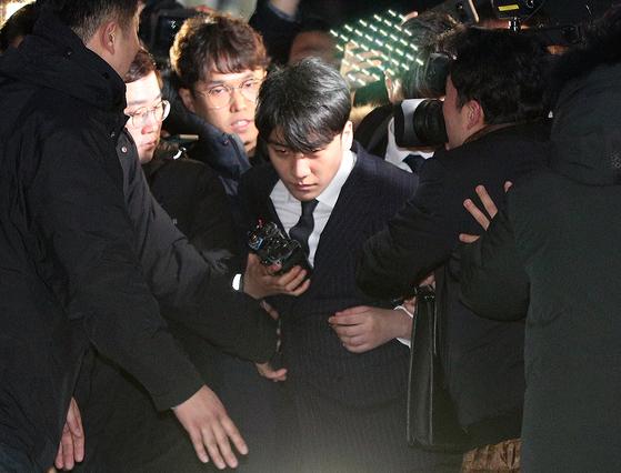 해외 투자자 성접대 의혹을 받고 있는 가수 승리(본명 이승현)가 지난달 15일 새벽 서울 종로구 서울지방경찰청에서 피의자 신분 조사를 마친 후 귀가하고 있다. [뉴스1]