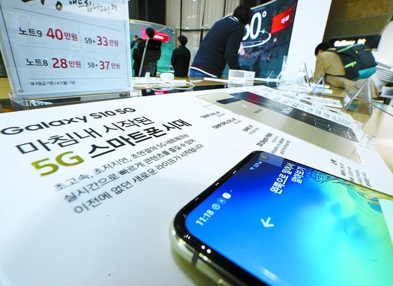 삼성전자 갤럭시S10 5G 모델 예약판매가 시작된 1일 서울 광화문 KT매장에서 시민들이 갤럭시 S10 모델을 살펴보고 있다. 갤럭시 S10 5G는 오는 5일 이동통신 3사의 온·오프라인 매장과 전국 디지털프라자 등에서 판매되며 이동통신3사는 지난 1일 부터 예약판매에 돌입했다. [뉴스1]
