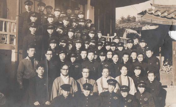 룸비니 초창기인 1962년 대각사에서 법회를 마친 후에 찍은 기념사진. 당시에는 구성원 대부분이 고등학생이었다. [사진 룸비니]