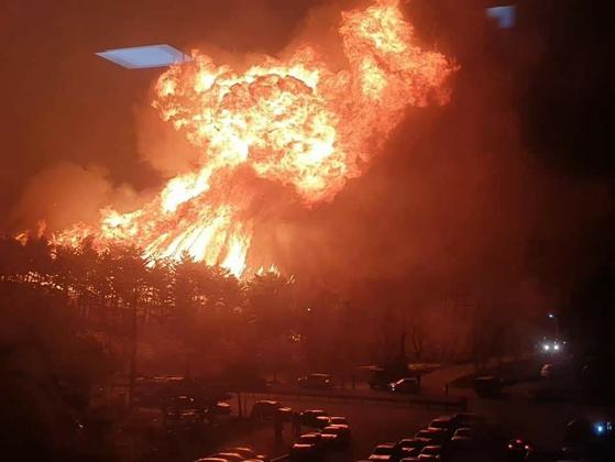 5일 전날 강원 강릉시 옥계면에서 발생한 산불이 강풍을 타고 인근지역으로 확산되고 있는 가운데 동해시 평릉동의 한 야산에서 산불이 마치 폭탄이 폭발하듯 불타오르고 있다. [뉴시스]
