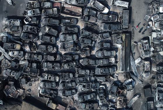 강원 고성과 속초 일대 산불 이틀째인 5일 오전 속초시의 한 폐차장에 주차됐던 차량들이 불에 타 있다. [연합뉴스]