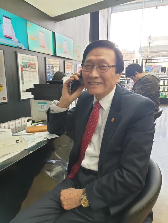 원종남(80ㆍ사업가)씨가 5일 서울 광화문에 있는 KT스퀘어에서 세계 최초 5G 스마트폰인 갤럭시 S10 5G 휴대전화를 개통한 뒤 전화기를 귀에 대고 활짝 웃고 있다. 김경진 기자