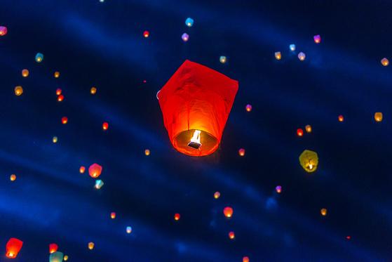 2017 대구 달구벌 관등놀이 축제에서 진행된 풍등 날리기 행사. [사진 대구시]