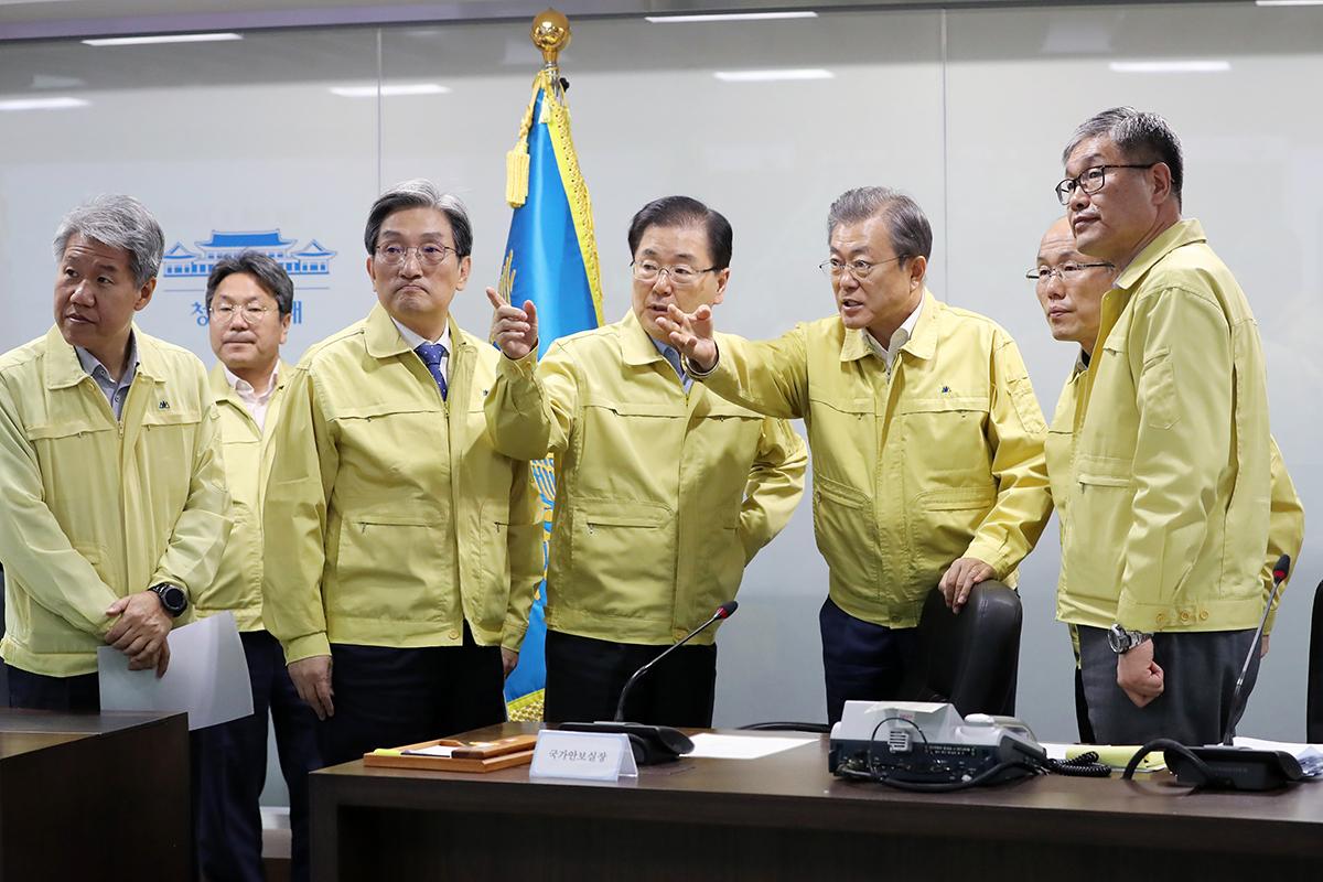 문재인 대통령이 5일 오전 청와대 국가위기관리센터에서 강원 지역 산불 상황보고를 받고 있다. [사진 청와대]