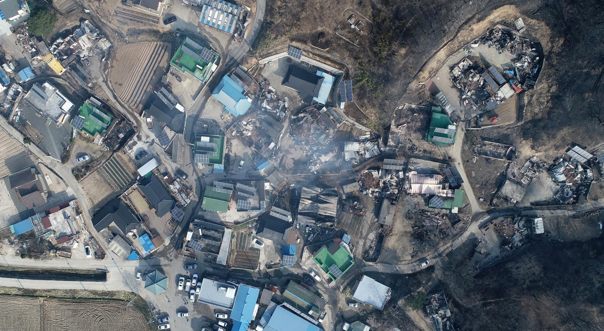 5일 오전 전날 강원도 고성군 토성면에서 시작된 산불이 번진 속초시 장천마을 곳곳 가옥들이 불에 타 무너져 있다. [연합뉴스]