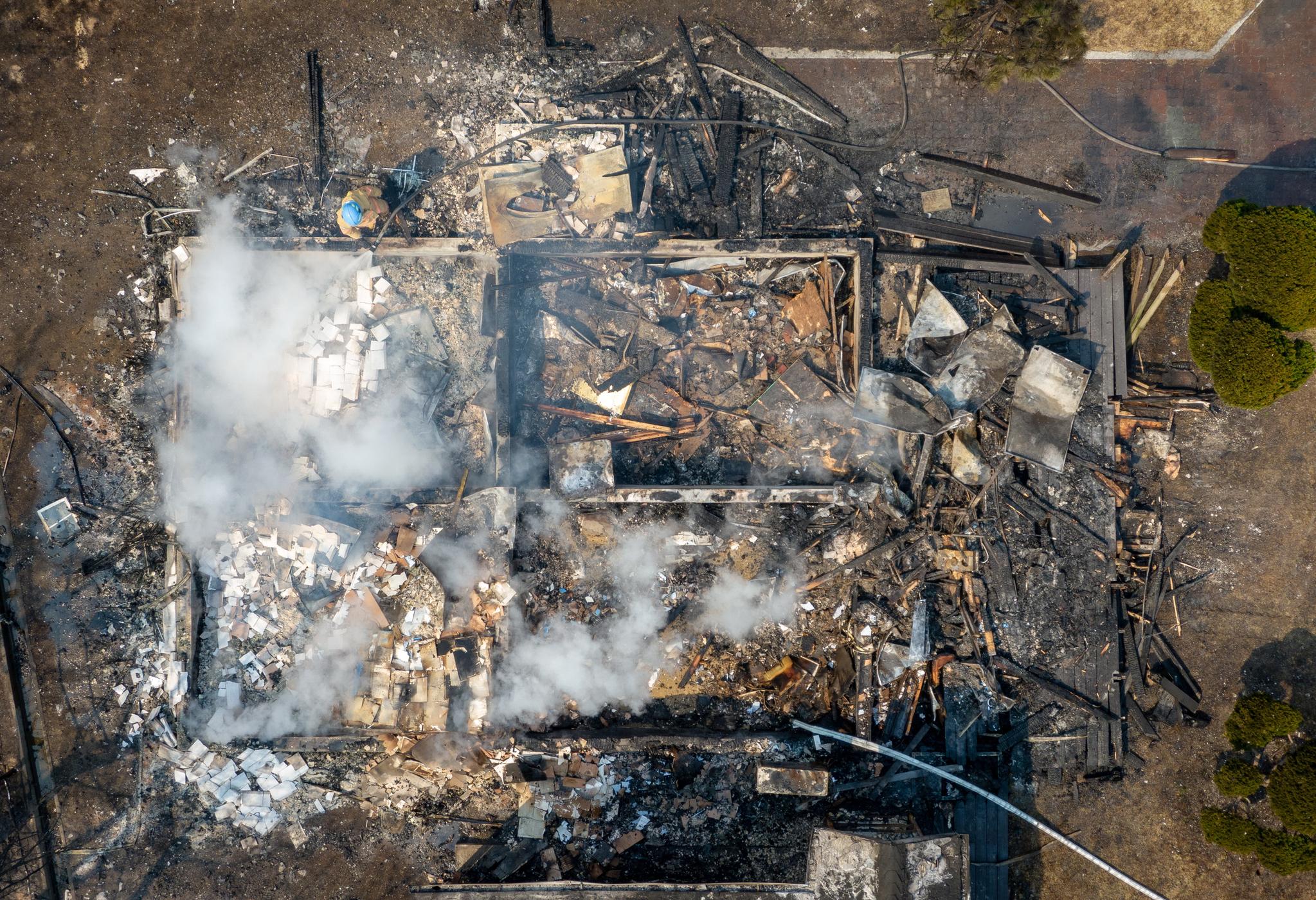 5일 강원도 강릉시 옥계면에서 발생한 산불이 번져 동해시 망상오토캠핑리조트가 전소됐다. 소방대원들이 망상오토캠핑장에서 잔불 진화작업을 하고 있다. [뉴스1]