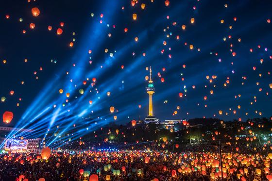 2018 형형색색 대구 달구벌 관등놀이 축제에서 진행된 풍등 날리기 행사. [사진 대구시]