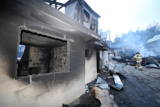 5일 오전 전날 강원도 고성군 토성면에서 시작된 산불이 번진 속초시 장천마을에서 가옥들이 불에 타 무너져 있다. [연합뉴스]