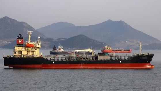 유엔 안전보장이사회 대북 제재 결의가 금지하고 있는 선박 대 선박 이전 방식으로 북한 선박에 석유 제품을 옮겨 실었다는 의심을 받고 부산항에 억류 중인 한국 국적 선박.[연합뉴스]