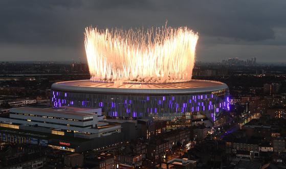 4일 영국 런던 북부 토트넘 홋스퍼 스타디움 개장 행사에서 불꽃놀이가 펼쳐지고 있다. [사진 토트넘 트위터]
