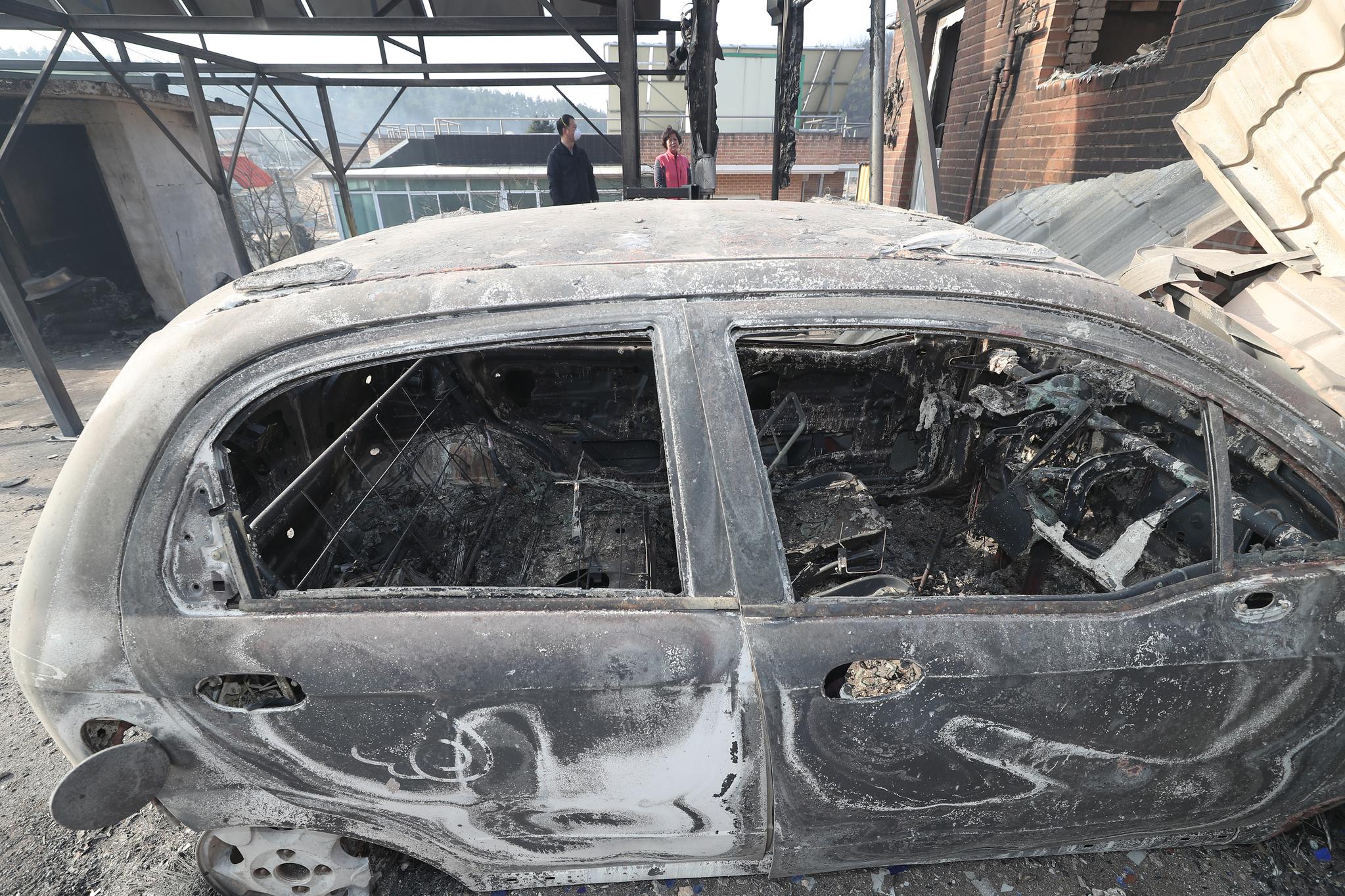 5일 오전 전날 강원도 고성군 토성면에서 시작된 산불이 번진 속초시 장천마을에서 한 주민이 불타버린 집 앞에서 허탈하게 서 있다. [연합뉴스]