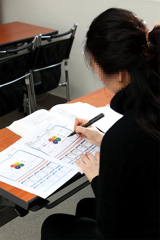 지난달 14일 서울 은평구 여성인력개발센터에 들러 교재를 살펴보고 있는 김현지(가명)씨. [장진영 기자]