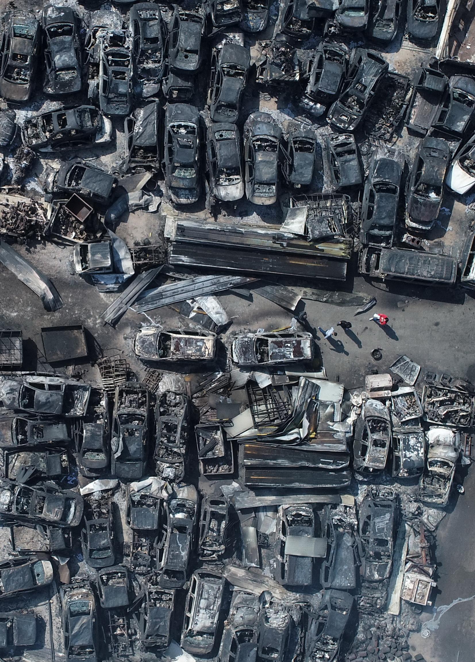 강원도 산불 이틀째인 5일 오전 속초시의 한 폐차장에 주차됐던 차량들이 전소돼 뼈대만 남았다.[연합뉴스]