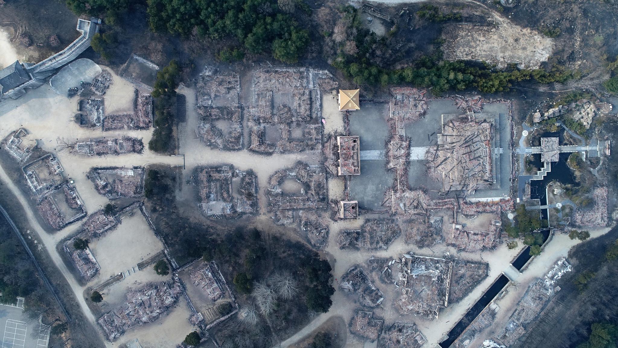 5일 오전 전날 강원도 고성군 토성면에서 시작된 산불로 속초시 대조영 세트장이 전소됐다. [연합뉴스]