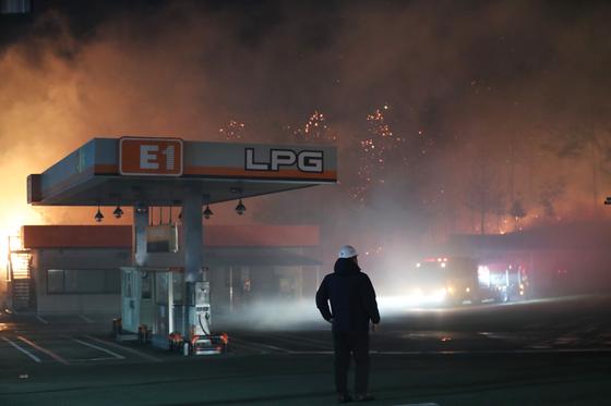 5일 오전 강원도 속초시 미시령로의 한 LPG 충전소에서 소방대원들이 충전소 주위로 옮겨 붙은 불을 끄기 위해 준비작업을 하고 있다. [연합뉴스]
