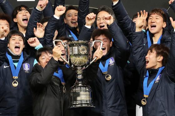 지난 2017년 12월 열린 EAFF E-1 챔피언십(동아시안컵)에서 우승을 차지한 뒤 기뻐하는 한국 축구대표팀 선수들. [뉴스1]