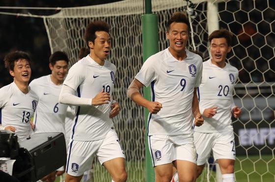 염기훈(34·수원·오르쪽 세 번째)은 12월 16일 일본 도쿄에서 열린 동아시안컵 일본전 후반 24분 프리킥골을 터뜨린 뒤, 동료들과 천천히 그라운드를 돌며 일본 관중을 바라봤다. 2010년 5월 박지성이 일본전 때 했던 '산책 세리머니'를 재현한 것이다. 한국은 4-1로 이겼다. [연합뉴스] <저작권자 ⓒ 1980-2017 ㈜연합뉴스. 무단 전재 재배포 금지.>