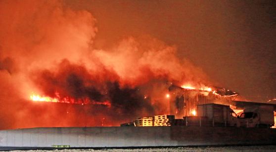 4일 오후 7시 17분께 강원 고성군 토성면 원암리 일대 산불이 확산돼 건물이 불에 타고 있다.[연합뉴스]