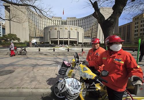 중국 베이징(北京) 중국인민은행 앞 환경미화원. [EPA=연합뉴스]