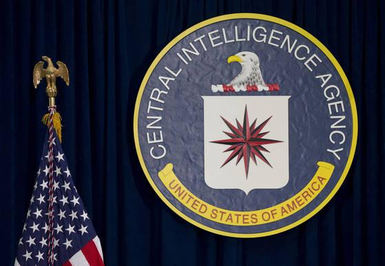 미국 버지니아주 랭글리에 위치한 미 중앙정보국(CIA) 본부 기자회견장에 CIA 로고가 걸려 있다. [AP=연합뉴스]