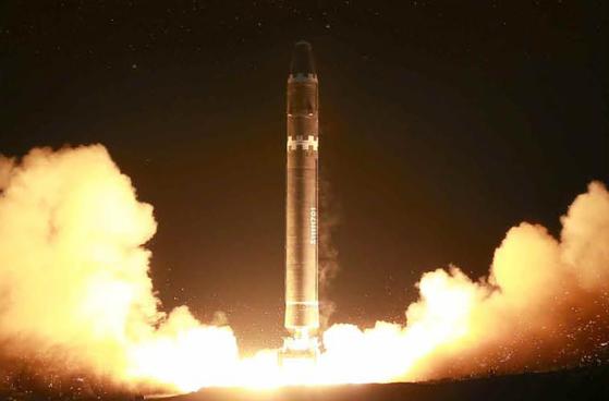 북한은 2017년 11월 29일 신형 대륙간탄도미사일(ICBM) '화성-15형' 시험 발사을 했다. [사진 노동신문=연합뉴스]