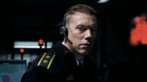 영화 '더 길티'에서 긴급 신고 센터에 근무 하는 경찰 아르게르 역을 맡은 야곱 세데르그렌. [사진 모비]