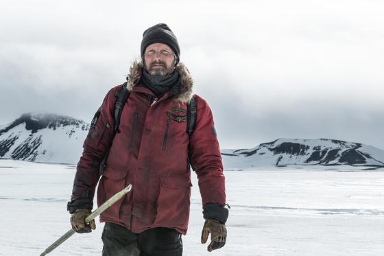 영화 '아틱'에서 비행기 추락 사고로 북극에 조난된 오버가드 역을 맡은 매즈 미켈슨. [사진 모비]
