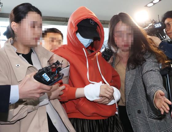마약 투약 의혹으로 경찰 수사를 받는 남양유업 창업주의 외손녀 황하나(31) 씨가 지난 4일 오후 체포돼 경기도 수원시 경기남부지방경찰청으로 압송되고 있다. [연합뉴스]