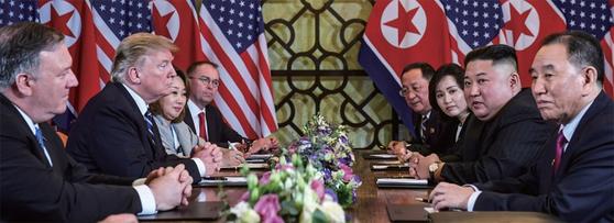 제2차 북·미 정상회담 이튿날인 2월 28일(현지시간) 도널드 트럼프 미국 대통령과 김정은 북한 국무위원장이 회담 도중 심각한 표정을 하고 있다. [연합뉴스]