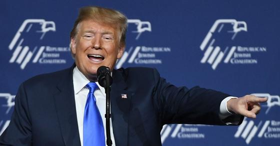 도널드 트럼프 미국 대통령이 6일(현지시간) 네바다주 라스베이거스에서 열린 '공화당유대인연합회'(RJC) 연례행사에 참석해 연설하는 모습.[AFP=연합뉴스]