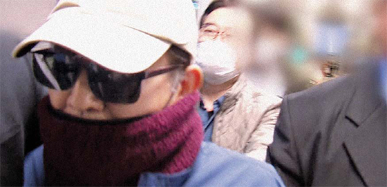 태국으로 떠나려다 출국이 제지된 김학의 전 차관이 지난 23일 새벽 인천공항을 빠져나와 귀가하고 있다. [JTBC 캡처]
