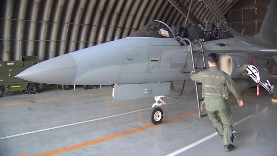 지난 3일 8전투비행단에서 비상 출격 명령을 받고 격납고에 도착한 전투기 조종사가 출격 준비를 마친 전투기에 오르고 있다. [JTBC 영상캡처=박승영]