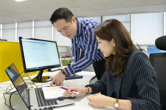 포스코ICT 직원들이 RPA(업무 자동화 솔루션)가 업무를 자동 수행하는 것을 지켜보고 있다. [사진 포스코ICT]