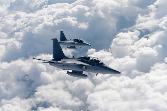 FA-50 전투기는 적 항공기를 격추하는 공대공 임무을 수행하며, 정밀 유도 폭탄으로 지상 목표물도 공격할 수 있다. [사진 공군 제공]