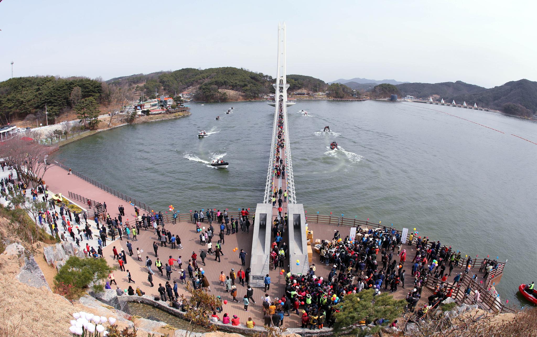 국내에서 가장 긴 출렁다리 '예당호 출렁다리가' 6일 예당관광지 예당호 위로 개통됐다. 개통식에 참여한 시민들이 출렁다리를 걷고 있다. 프리랜서 김성태