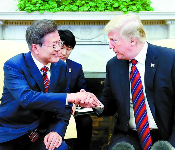 한미정상회담차 미국을 방문중인 문재인 대통령의 지난해 한미정상회담 모습. 두 정상은 11일 워싱턴에서 다시 만난다. [중앙포토]